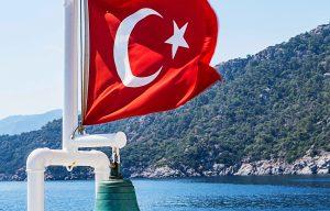Türkische-Flagge auf Schiff