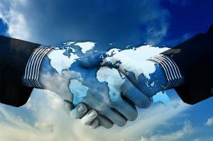 Hände schütteln vor Weltkarte