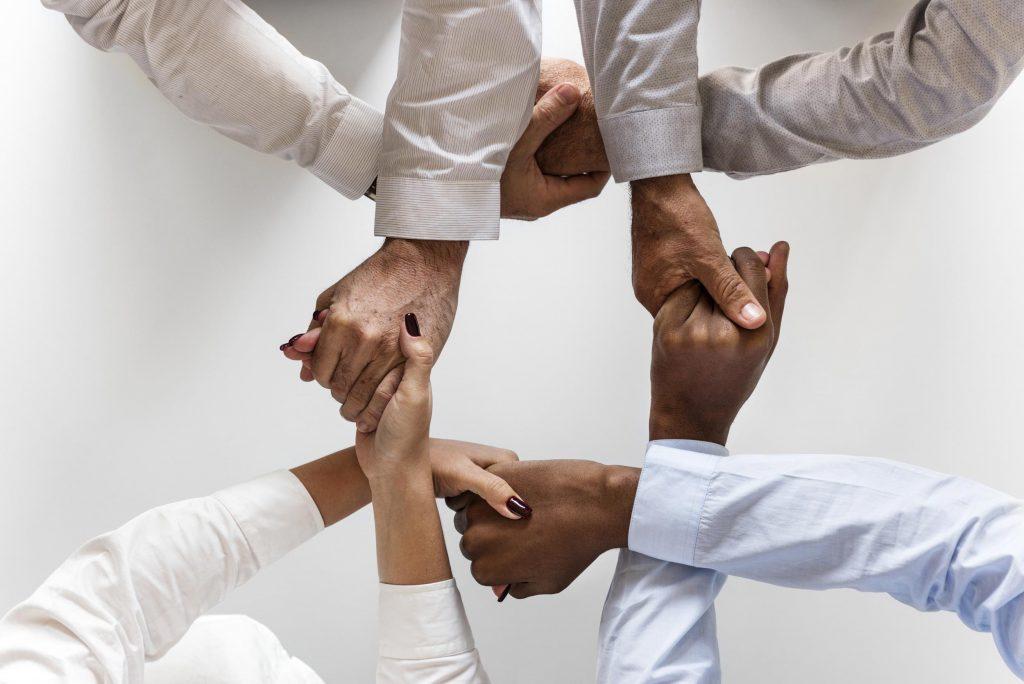 vier verbundene Hände