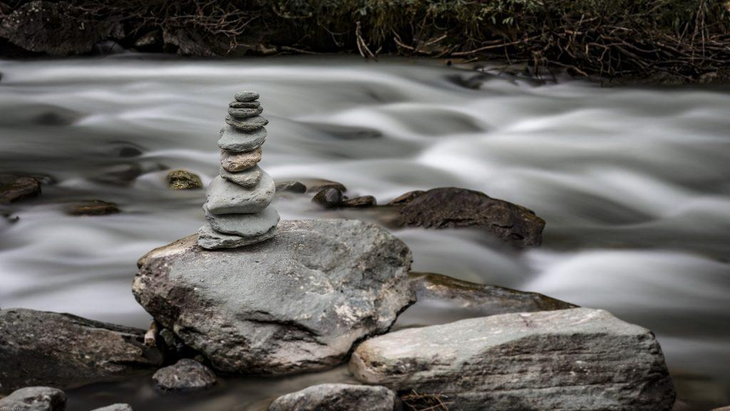 Steinturm im Fluss
