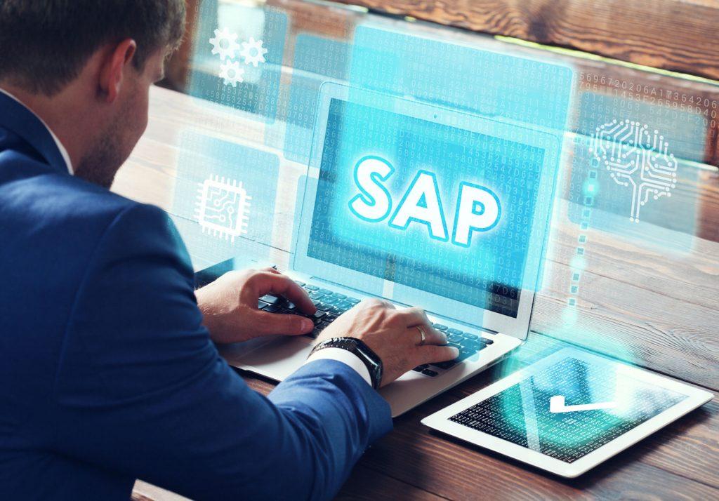 Angestellter vor SAP Bildschrim